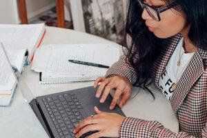 Vrouw achter laptop vult enquete in