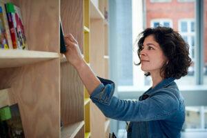 vrouw aan het werk in bibliotheek